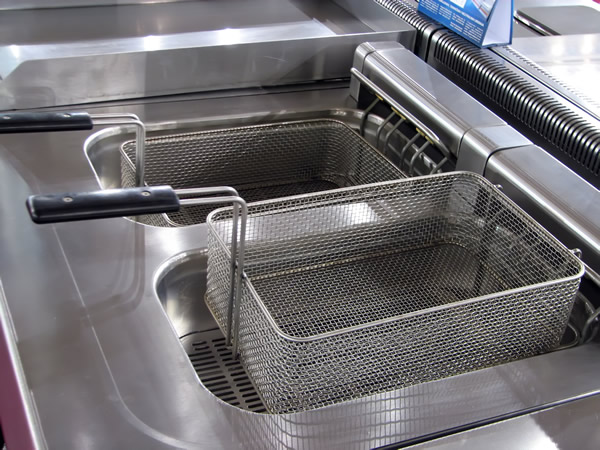 How to Clean the Coils of a Commercial Deep Fryer